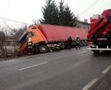 Osobowy mercedes zderzył się z tirem na drodze krajowej nr 71 [zdjęcia]