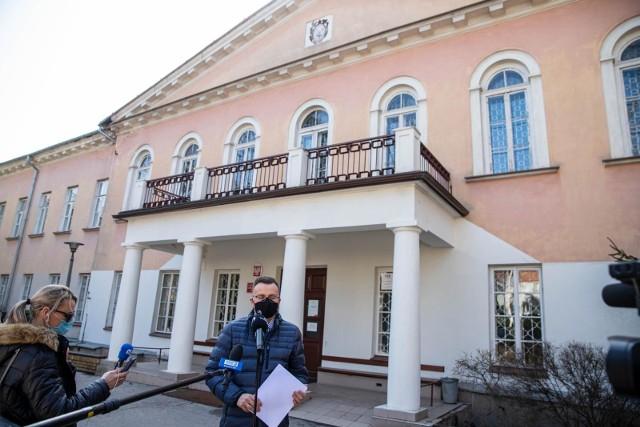 Żałujemy że po raz kolejny miasto Białystok nie otrzymuje wsparcia -mówił wiceprezydent Rafał Rudnicki przed budynkiem VI LO. Rewitalizację historycznego obiektu władze miasta zgłosiły jako jeden z trzech projektów do tzw. resztówki z grudniowej transzy Rządowego Funduszu Inicjatyw Lokalnych