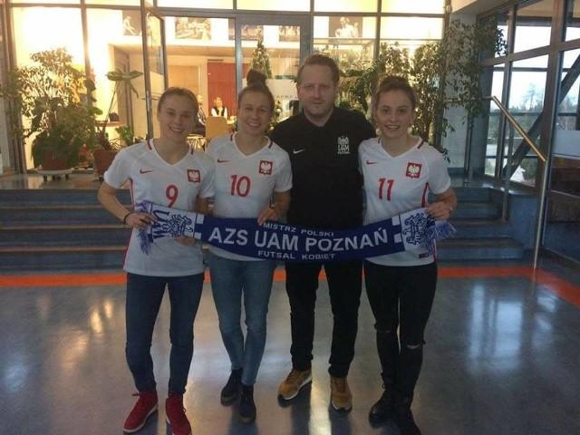 Wojciech Weiss z zawodniczkami piłkarskiej reprezentacji, Ewą Pajor (z lewej), Agatą Tarczyńską i Eweliną Kamczyk (z prawej)