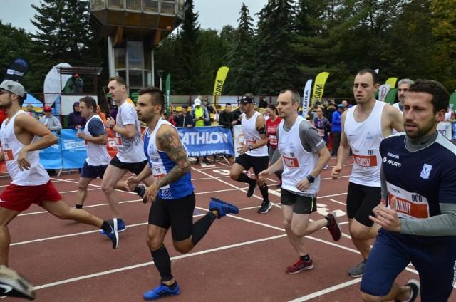 Na poznańskim Golęcinie biegano już wiele razy na bieżni, ale jeszcze nigdy nie łączono biegu na stadionie z biegiem nad jeziorem Rusałka