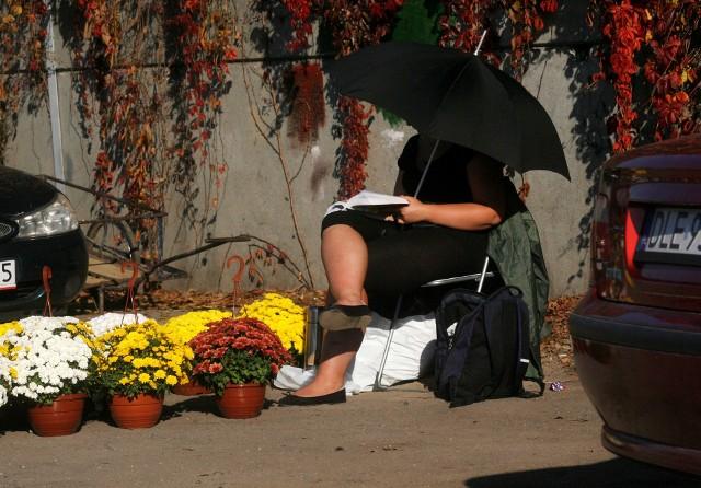 Jeśli myślisz, że branża funeralna oferuje w promocji jedynie kwiaty na cmentarz, to się mylisz. Na gratisowe różańce i książeczki dla zmarłego (czasem chińskie) też można liczyć.