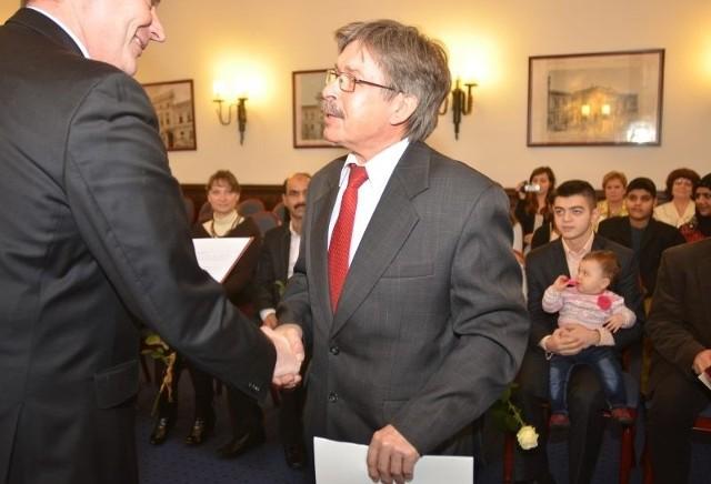 Akt nadania obywatelstwa odebrał z rąk wicewojewody również Sergiej Sołowiew z Rosji.
