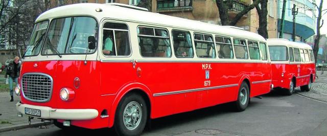 """Bliźniak gdańskiego """"ogórka"""", Jelcz 043 z Poznania. Z tyłu widoczna 36-osobowa przyczepa osobowa PO 1, która była samodzielnym opracowaniem Jelczańskich Zakładów Samochodowych"""