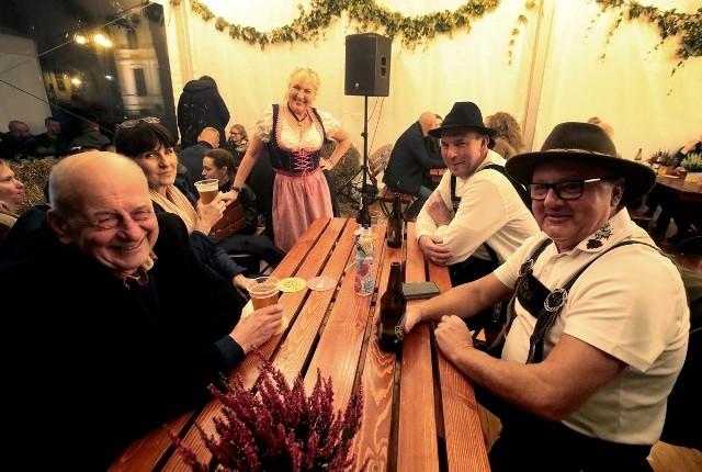 Oktoberfest w Szczecinie przyciąga mieszkańców do wspólnej biesiady. Jeszcze dziś macie szansę tam być!