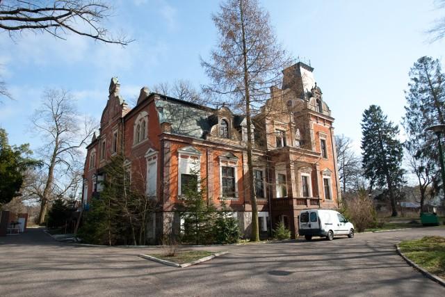 Pałac w Lubuczewie w gminie Słupsk. Obiekt przez lata służył jako ośrodek leczenia dla nałogowych alkoholików, tzw. odwykówka.