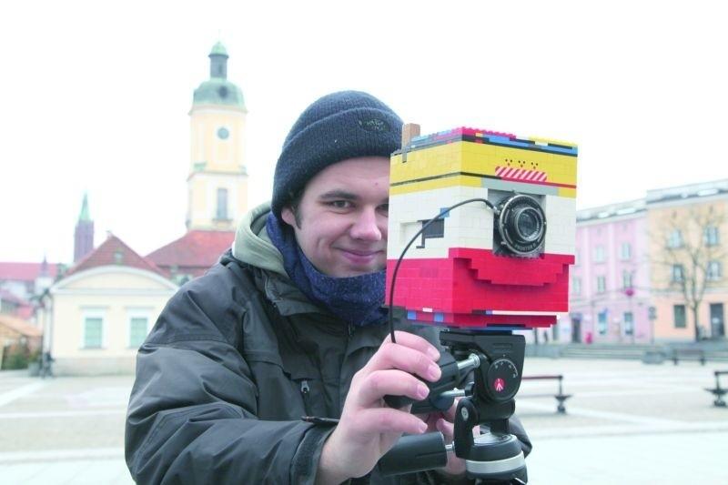 – Czekam na wszystkich chcących zrobić sobie zdjęcie i wspomóc Wielką Orkiestrę Świątecznej Pomocy już w niedzielę w godz. 10-16 na Rynku Kościuszki w Białymstoku – zaprasza Emil, tegoroczny maturzysta