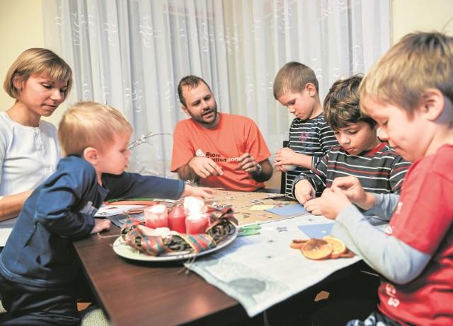 Kartki świąteczne zawsze robione są ręcznie. Co roku jest ich co najmniej kilkanaście. Drapellowie wysyłają je później do rodziny i przyjaciół. Wśród motywów królują wszelkie bombkopodobne, gwiazdopodobne i choinkopodobne twory. Najdojrzalsze wychodzą spod ręki ośmioletniego Stasia