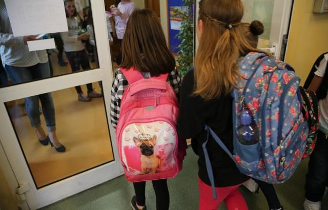 Czy uczniowie i nauczyciele będą mieli obowiązek noszenia maseczek w czasie lekcji? GIS razem z Ministerstwem Edukacji Narodowej pracuje nad wytycznymi, dotyczącymi bezpieczeństwa sanitarnego w szkołach od 1 września.