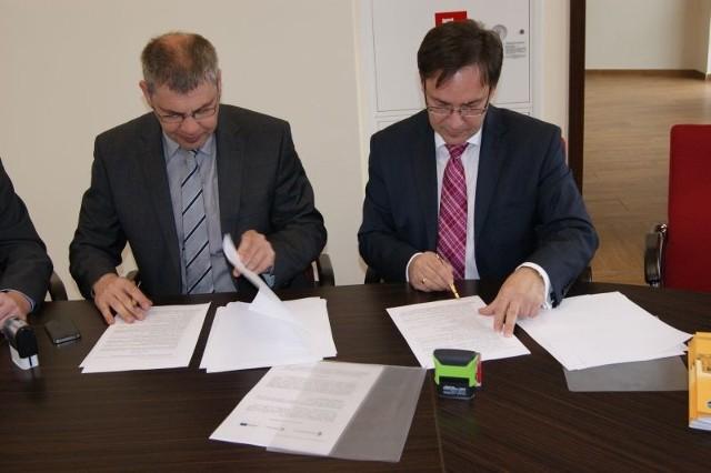 Umowę na modernizację istniejącej sortowni oraz dostawę maszyn na składowisko odpadów w Zakurzewie podpisali Karlgunter Eggersmann z firmy Eggersmann Anlagenbau Kompoferm (z lewej) i Krzysztof Dąbrowski, prezes MWiO w Grudziądzu