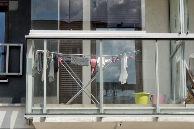 Pranie rozwieszane między ceglanymi ścianami domów. Bielizna sąsiadek wywieszona na balkonie w blokowisku. Razi czy nie? No właśnie. W różnych rejonach Polski próbowano wprowadzić zakazy wywieszania prania na balkonach. Ale niewiele dały.  Aby przejść do kolejnego zdjęcia przesuń stronę gestem lub kliknij strzałkę w prawo na zdjęciu.