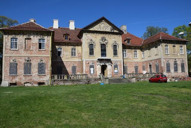 Od 2014 roku pałac w Bojadłach ma nowego właściciela. Obecnie opiekuje się nim Fundacja Pałac Bojadła. I choć do zrobienia w dawnej siedzibie rodu von Kottwitz jest mnóstwo, to nowi opiekunowie walczą, by ocalić tę architektoniczną perełkę. Dzięki uprzejmości miłośników przeszłości udało nam się zobaczyć wnętrza pałacu. Najpierw parę praktycznych wskazówek. By dostać się z Zielonej Góry do Bojadeł, można pojechać albo drogą na Sulechów, albo skorzystać z przeprawy promowej w Milsku. Każda z tych tras jest atrakcyjna wizualnie. A kiedy dojedziemy już do Bojadeł, to warto zatrzymać się, by zobaczyć pałac choć z zewnątrz, ale też usiąść na chwilę w przypałacowym parku (piękne, wiekowe drzewa!). Wrażenie robi też kościół pw. Św. Teresy, wzniesiony w połowie XVIII wieku, obecnie wpisany do rejestru zabytków. A co z samym pałacem? Zespół pałacowy został ufundowany przed wiekami przez ród von Kottwitz. To dwupiętrowy obiekt, bogato zdobiony (na uwagę zasługuje fasada w stylu rokokowym - wiele jej elementów zachowało się do dziś!). To, co wyróżnia pałac to m.in. kordegardy, które, jak informuje na swojej stronie fundacja, zostały zbudowane razem z pałacem w latach 1734-1735. Przez wieki obiekt znajdował nowych właścicieli. Zmieniał też swoje funkcje: był instytucją edukacyjną, izbą porodową, miejscem letnich kolonii. Przez ostatnie dziesięciolecia niestety obiekt niszczał. Obecnie o wspaniały budynek i jego przyległości dba wspomniana już Fundacja Pałac Bojadła. Właściciele starają się o dotacje na kompleksowe remonty placówki. Jednocześnie remontują kolejne pomieszczenia i elementy pałacu. Ostatnio wypiękniał imponujący wiatrołap, odnawiane są piece czy sala, w której znaleźć ma się biblioteka.  Właściciele myślą, by w najbliższym czasie udostępnić miejsce zwiedzającym (taka przyjemność miałaby być biletowana). Gdybyście Państwo zastanawiali się, gdzie spędzić wolną chwilę, to warto wsiąść na rower albo w samochód i przyjechać do Bojadeł. To jedna z takich pereł w naszym w