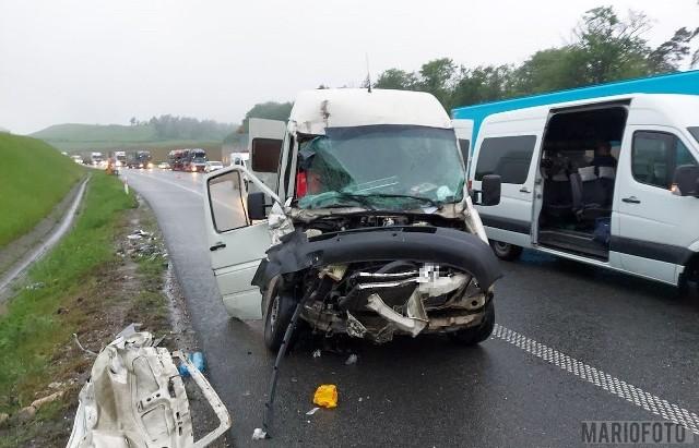 Wypadek na autostradzie A4 pod Strzelcami Opolskimi. Zderzenie busa z samochodem ciężarowym.