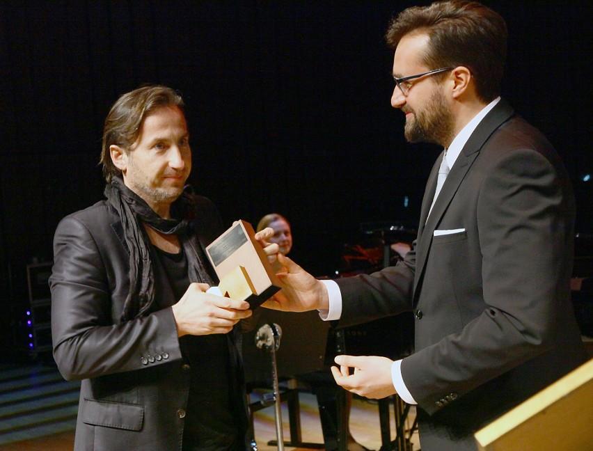 IX edycja konkursu: Marcin Polak, prezes oddziału łódzkiego Polska Press, wręcza nagrodę laureatowi Jackowi Furmanowi