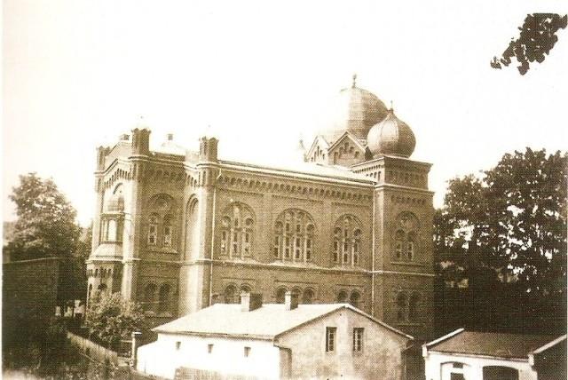Drewniana synagoga spłonęła od uderzenia pioruna 14 czerwca 1887 roku. Olescy Żydzi od razu  zdecydowali o budowie nowego  domu modlitwy. - Prace budowlane rozpoczęto w 1888 roku, po roku powstała piękna murowana synagoga z czerwonej cegły - holenderskiej zendrówki - opowiada Ewa Cichoń. - Uroczystego otwarcia dokonał w 1889 roku rabin Blumfeld. Nowa synagoga mieściła się przy Wielkim Przedmieściu, za stojącymi tam dzisiaj blokiem mieszkalnym. Przetrwała tylko pół wieku.