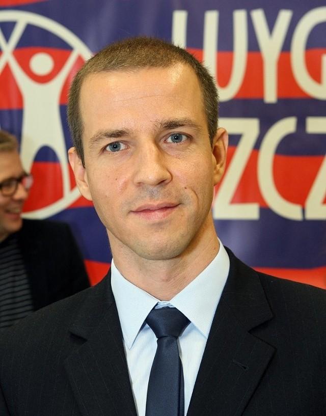 Przemysław Urbański (na pierwszym planie), aby zostać prezydentem będzie musiał pokonać sześciu kontrakandydatów. Komitet Wygrajmy Szczecin wystawia tez kandydatów na radnych miasta.