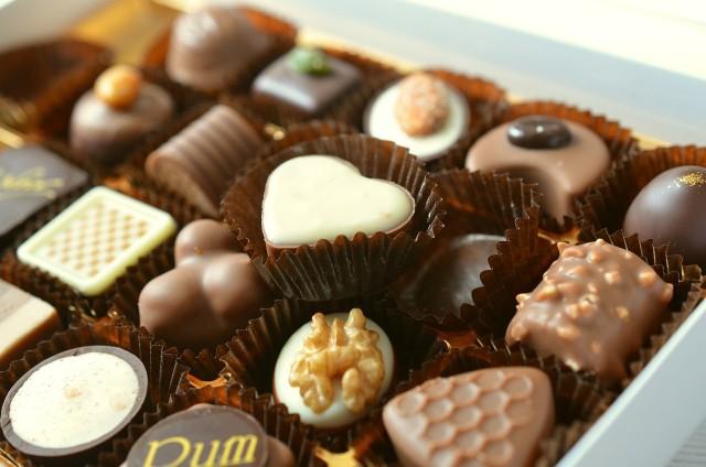 Gorzka czekolada bogata jest w wiele cennych składników, które poprawiają między innymi prace umysłu, wzrok, a także układ odpornościowy. Sprawdź w naszej galerii, jakie jeszcze korzyści płyną z jedzenia czekolady.>>>