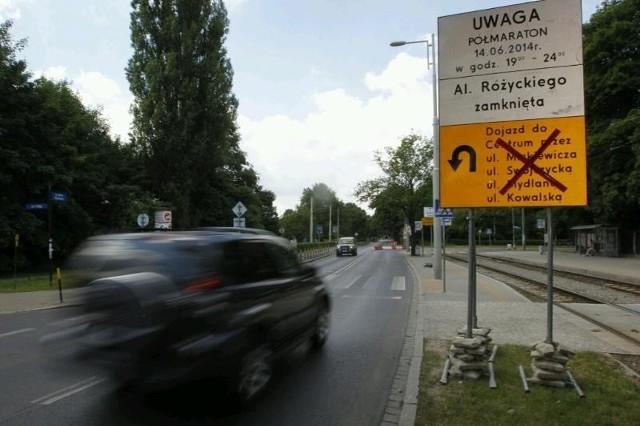 Ze znaków ustawionych przez organizatorów półmaratonu wynika, że jedyny dojazd z Wielkiej Wyspy do centrum prowadzi przez Kowale i Mosty Warszawskie. Nie jest to prawda.