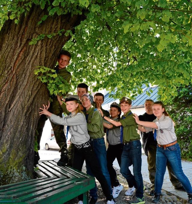 Wiesław Warcholak z grupą druhów nie utrzymał lipy. Leśnicy posadzą koło klasztoru drzewo wyrosłe z nasion lipy św. Kingi