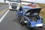 Wypadek na A1 pod Piotrkowem. Samochód osobowy volkswagen new beetle zderzył się z dwoma tirami [ZDJĘCIA, FILM]