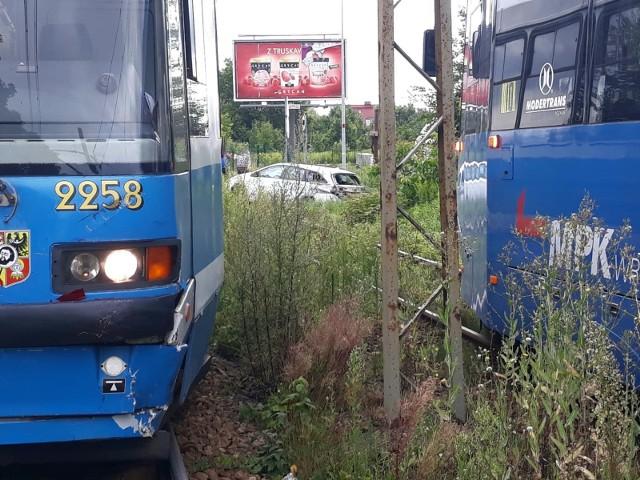 Wypadek na ul. Kosmonautów we Wrocławiu. Tramwaj zderzył się z samochodem osobowym 2.08.2021