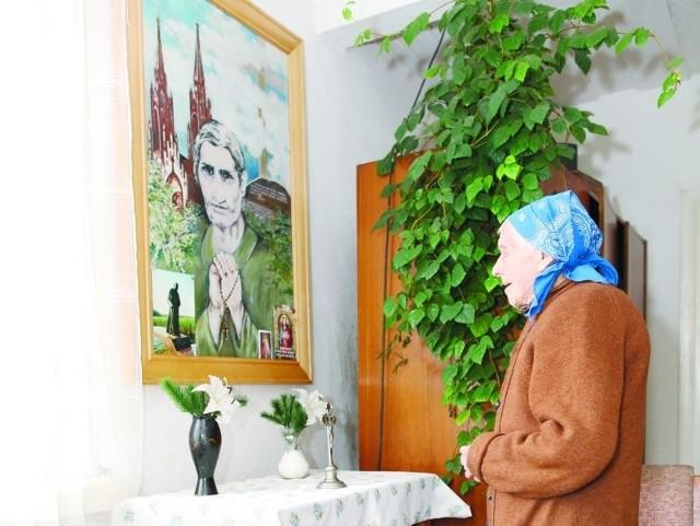 Anna Biernacka do dziś często modli się przed obrazem swojej teściowej – błogosławionej Marianny Biernackiej.  Dziękuje jej za to, że 68 lat temu uratowała ją i jej dziecko.
