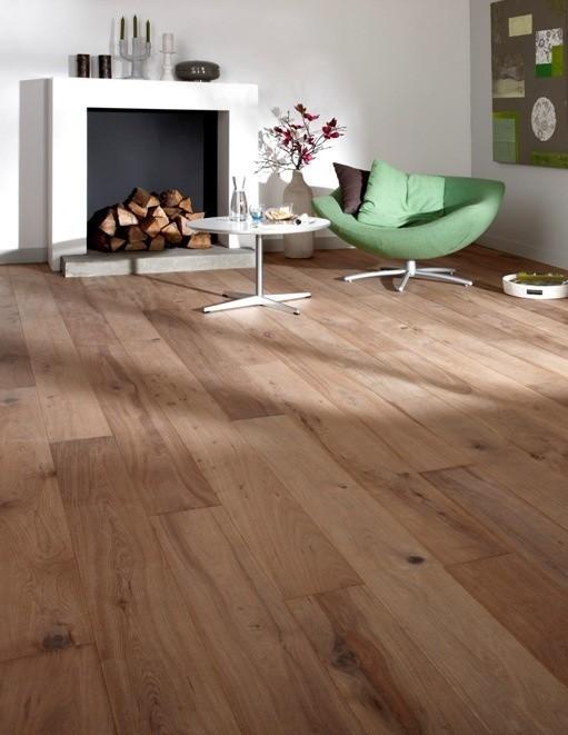 Dąb szczotkowanyNa drewnianej podłodze poddanej procesowi szczotkowania słoje są bardziej widoczne i wyczuwalne w dotyku.