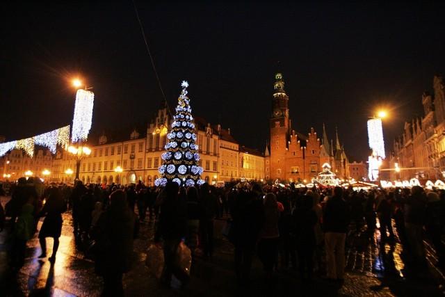 Uruchomiono oświetlenie na choince we wrocławskim Rynku