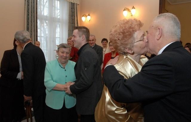W sobotę przysięgę małżeńską powtórzyli Helena i Edward Chaszczewscy. Alinie Leśnickiej towarzyszył wnuk Sebastian Skrzymowski. Drugą parą z półwiecznym stażem byli Danuta i Edward Nawojczykowie.