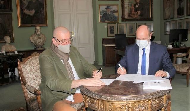 Porozumienie o dalszej współpracy podpisali rektor krakowskiej ASP prof. Andrzej Bednarczyk i burmistrz Zatora Mariusz Makuch