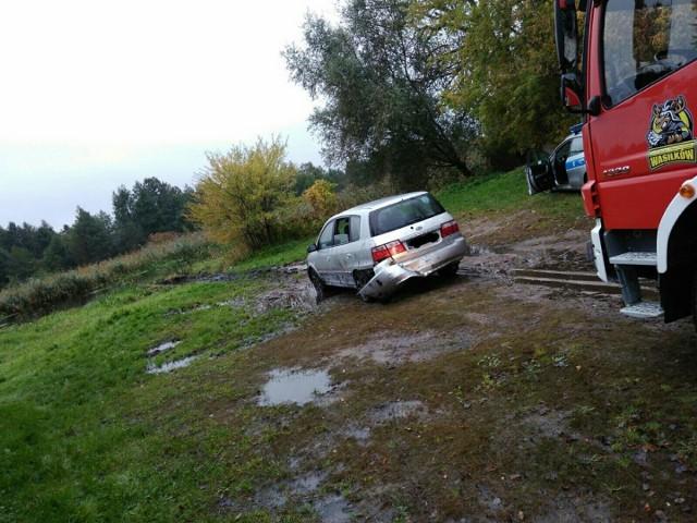 Samochód wjechał do rzeki na ulicy Kościuszki w Wasilkowie
