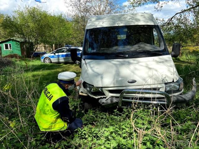 Kierowca forda uciekł z miejsca zderzenia, nie sprawdzając nawet stanu kierującej z drugiego samochodu.