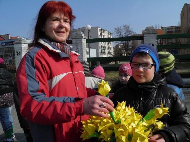 - Takie akcje uczą dzieci, że trzeba pomagać innym ludziom - mówiła Anna Umińska, która kupiła tulipana od Maksymiliana.