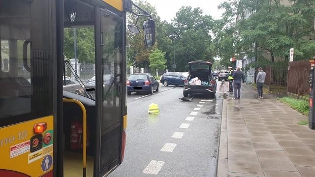 Kolizja w centrum Łodzi. 62-latek pod wpływem alkoholu wjechał w zaparkowany samochód. Miał 1,5 promila alkoholu.