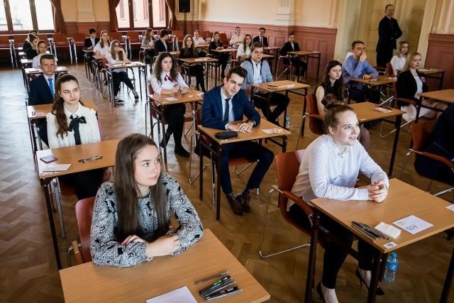 Egzamin gimnazjalny 2018. Dzisiaj uczniowie napisali egzamin z części humanistycznej. Prezentujemy odpowiedzi z historii i WOS-u.Odpowiedzi do zadań na kolejnych slajdach. Uwaga! Podane odpowiedzi są sugerowane ----->Egzamin gimnazjalny 2018 - jak przygotować się w ostatnich dniachPartner serwisu:Sokrates international Schools
