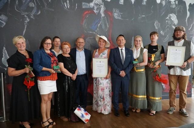 Pamiątkowe zdjęcia laureatów Rodzynki z pozarządówki
