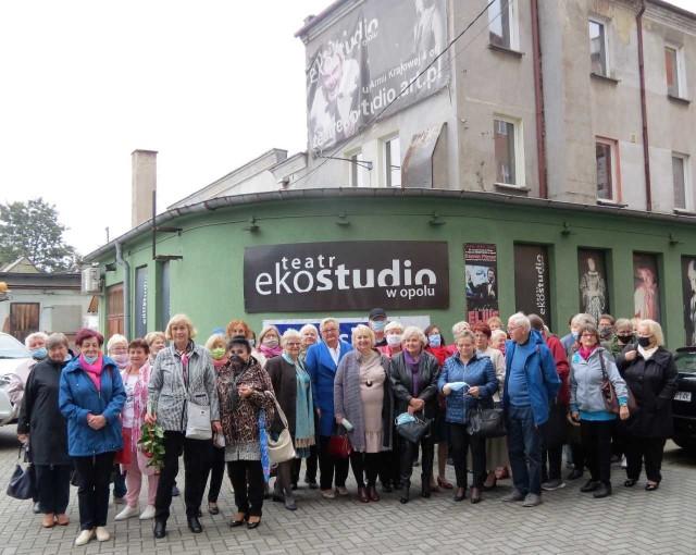 """Wycieczka w ramach """"Miesiąca Seniora"""" do Teatru Ekostudio w Opolu."""