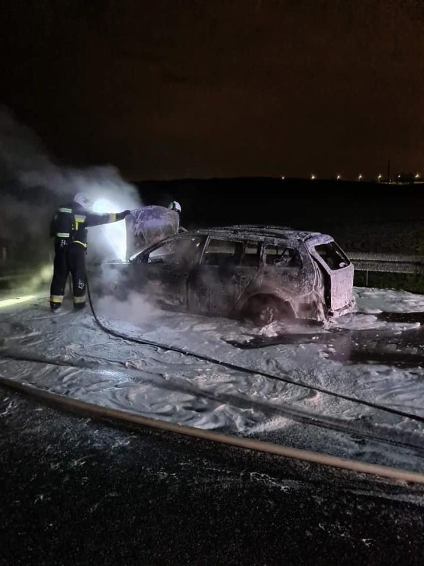 Pożar samochodu na S7 w Borkowie w niedzielę, 2.05.2021 r.