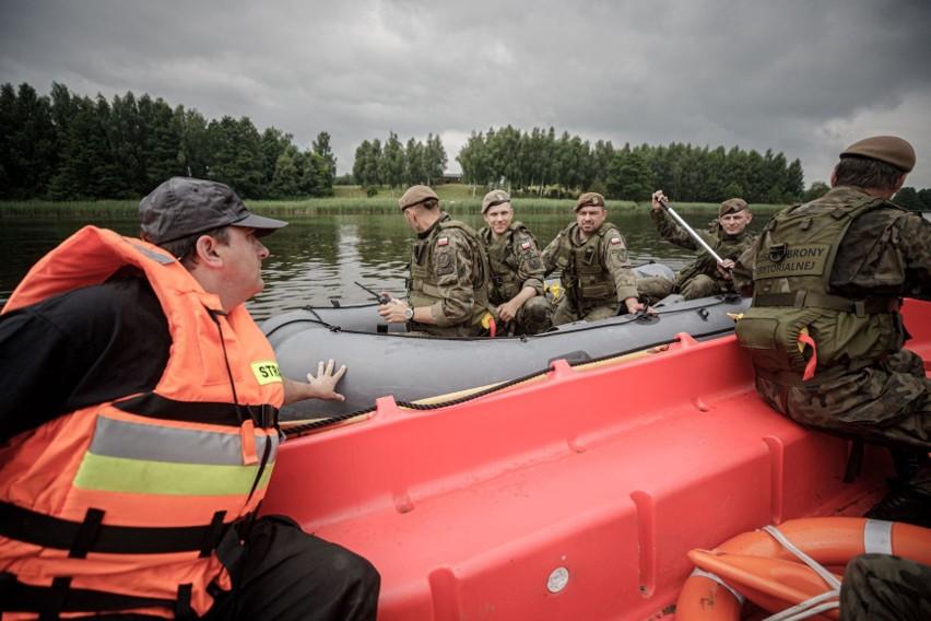 W ćwiczeniach na terenie gminy Książki brali udział strażacy...