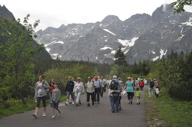 Droga do Morskiego Oka w weekendy jest pełna turystów