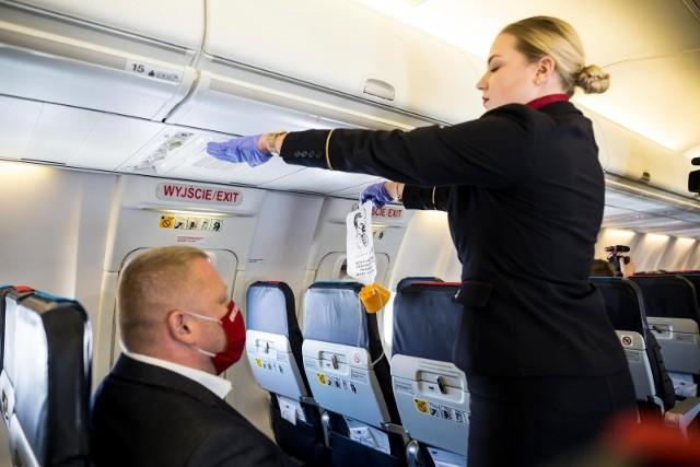 Zakrywanie nosa i ust obowiązuje od momentu wejścia na teren lotniska w miejscu wylotu do chwili opuszczenia lotniska docelowego.