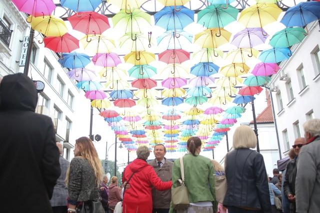 Ulicę Kilińskiego zdobi instalacja składająca się z 450 kolorowych parasolek na specjalnie przygotowanych konstrukcjach, która wieczorami jest efektownie podświetlana.