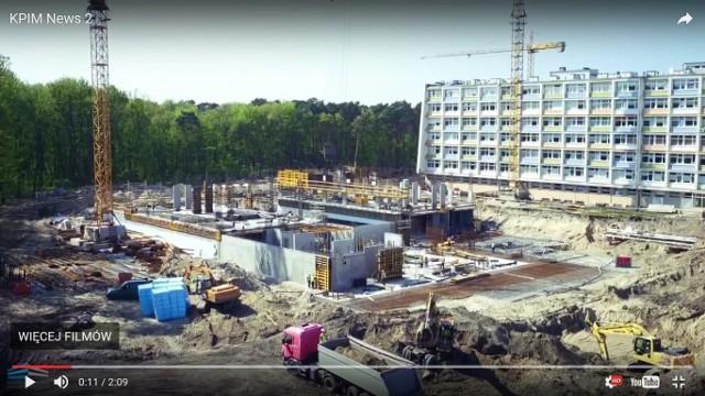 Postępy prac można obejrzeć na filmie przygotowanym przez spółkę Kujawsko-Pomorskie Inwestycje Medyczne. Na zdjęciu kadr z filmu.