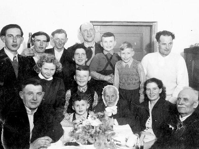 Aleksander Barczewski (siedzi z lewej) wśród rodziny.