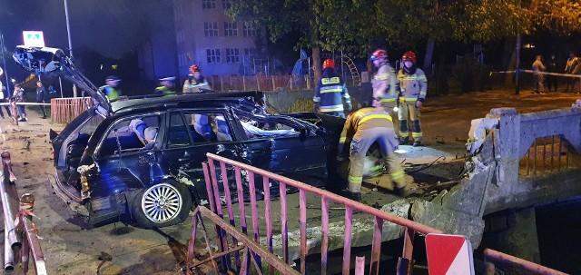 Wypadek w Białogardzie. Kierowca BMW przebił się przez metalowe bariery. Do bardzo groźnego wypadku drogowego doszło w nocy z soboty na niedziele na skrzyżowaniu ulic Kołobrzeskiej i Świdwińskiej w Białogardzie. Jak udało nam się ustalić mężczyzna kierujący autem osobowym marki BMW jadąc z wiaduktu w kierunku centrum miasta stracił panowanie nad pojazdem w wyniku czego przebił barierki i zatrzymał się na betonowej barierce mostu. Auto niebezpiecznie zawisło na wodą a kierowcę z pojazdu wydobyli strażacy. Szybko okazało się że kierowca jest na podwójnym gazie.Podczas badania alkomatem 38 letni mieszkaniec Białogardu wydmuchał 2,6 promila, został zatrzymany i trafił do policyjnego aresztu.