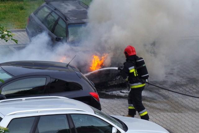 Pożar samochodu w Opolu. Audi zapaliło się na osiedlowym parkingu przy ul. Sieradzkiej