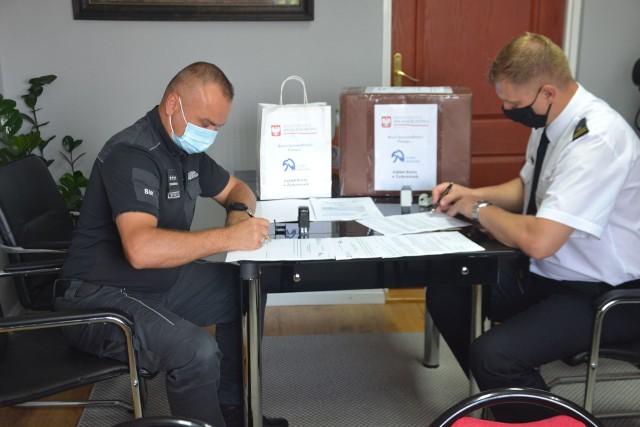 Zastępca dyrektora Zakładu Karnego w Żytkowicach przekazał Komendantowi Państwowej Straży Pożarnej w Kozienicach 500 sztuk maseczek ochronnych uszytych przez osadzonych.