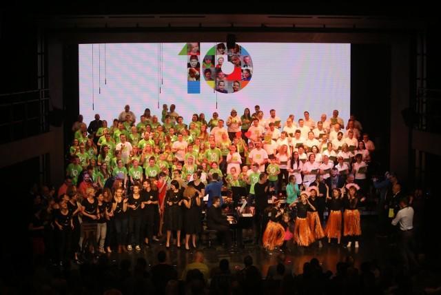 10-lecie Fundacji Iskierka: Koncert Dziecięcej Orkiestry Onkologicznej i Chóru Prezesów w Teatrze Rozrywki w Chorzowie