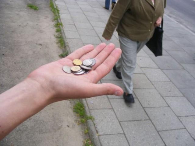 """- Na opłacenie mieszkania i miesięczne utrzymanie muszę """"orać"""" około tygodnia, później mam wolne – mówi Kamil, który uważa się za prawdziwego profesjonalistę w żebraniu.Przejdź do kolejnego zdjęcia --->Źródło: TVN24/x-news.pl"""