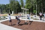 Otwarcie strefy aktywności w kampusie Uniwersytetu Śląskiego w Chorzowie. Jest boisko, urządzenia do ćwiczeń i huśtawki