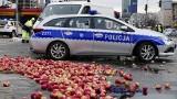 Warszawa: Protest rolników 13.03 na placu Zawiszy [ZDJĘCIA] [WIDEO] AGROunia podpaliła słomę i opony. Ludzie zbierali rozsypane jabłka